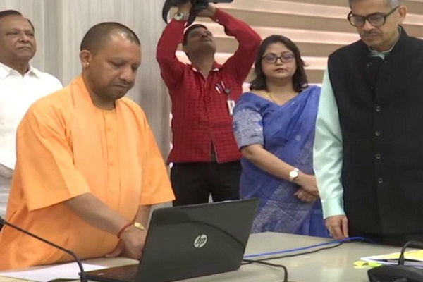 cm-yogi-transfers-611-cr-to-bank-account-of-27-5-lakh-up-workers